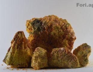 مجموعه ی سنگ های زرنیخِ طلایی
