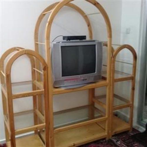 میز تلویزیون و تلویزیون و دستگاه دیجیتال