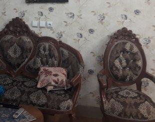 یک دست مبل سلطنتی سالم وشیک همراه با میز جلو وعسلی