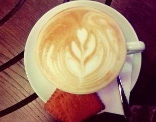 کافی شاپ در حال کار با تمام وسایل