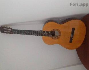 گیتارآنتونیو سزار همراه با کیف
