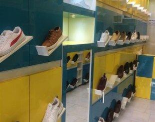 ویترین مغازه کفش فروشی