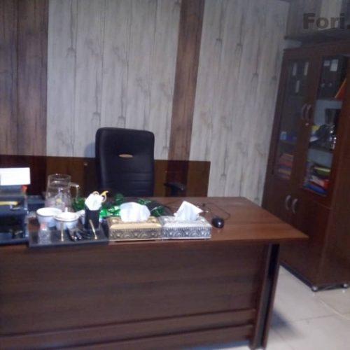 میز و صندلی و کتابخانه
