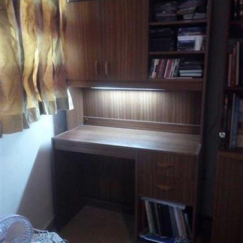 میز تحریر و کتابخانه