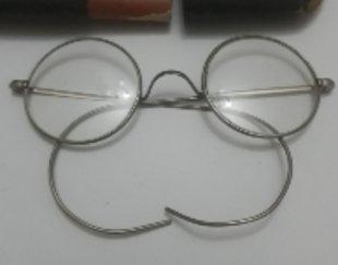 عینک عتیقه با جلد