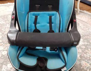 این صندلی بچه آبی رنگ به فروش می رسد.