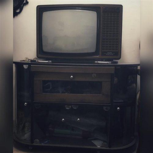 فروش فوری ۲عدد تلویزیون همراه با میزش